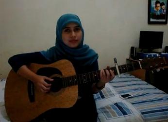 Ayu Videlia, Jilbaber Pandai Bermain Gitar